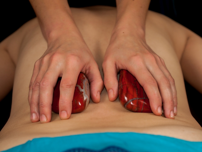Ratnaabhyanga masaż ajurwedyjski ciepłymi kamieniami półszlachetnymi i kryształami górskimi Ewa Szydłowska Masaże ajurwedyjskie i orientalne w Bieszczadach