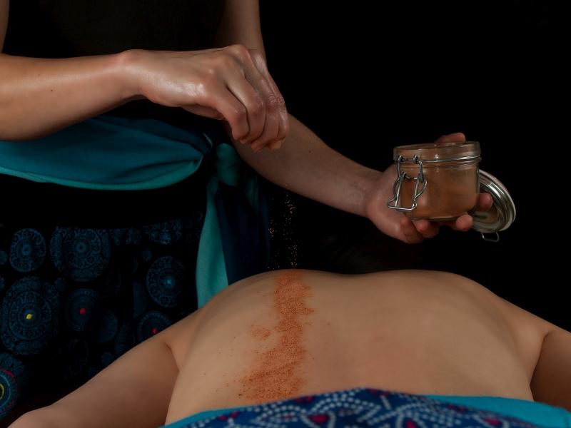 Udvartana masaż ajurwedyjski proszkami ziołowymi